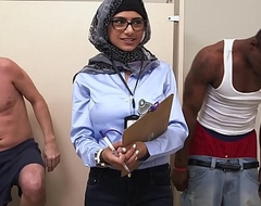 Mia khalifa be passed on arab pornstar measures white ramrod vs baleful weenie (mk13768)